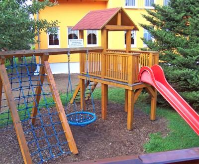 Kinderspielplatz mit Rutsche und Klettermöglichkeit