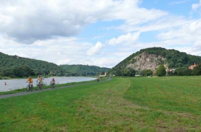 am Elberadweg in Sörnewitz - mit Blick auf die Boselspitze des Spaargebirges, die Elbe und die Elbauen