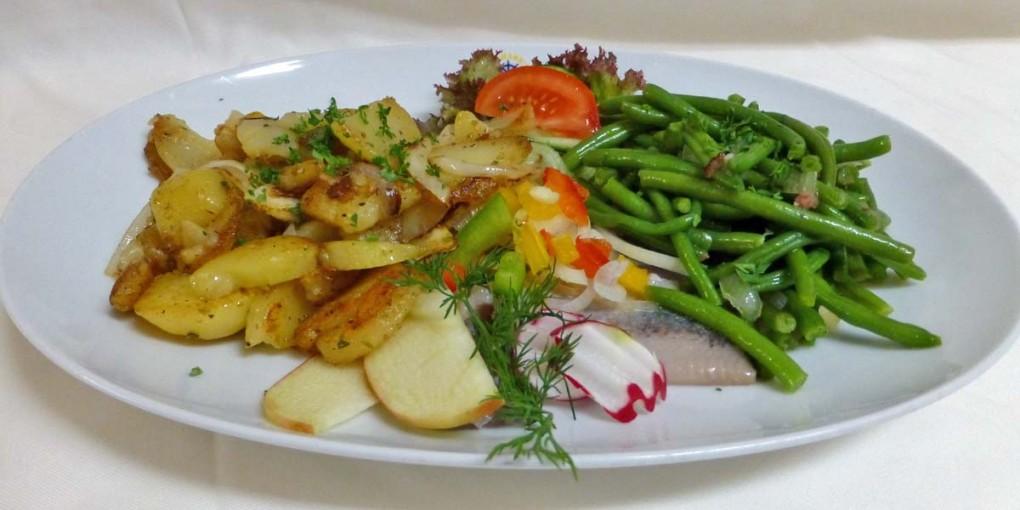 Matjes mit Speckbohnen und Bratkartoffeln
