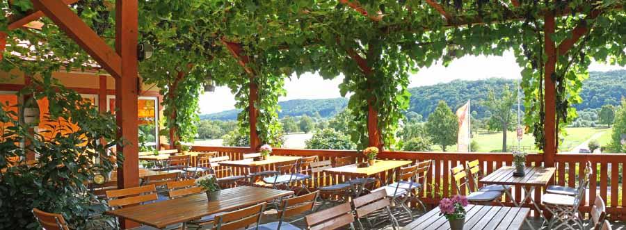 Weinumrankte Gästeterrasse mit Block auf die Elbhänge